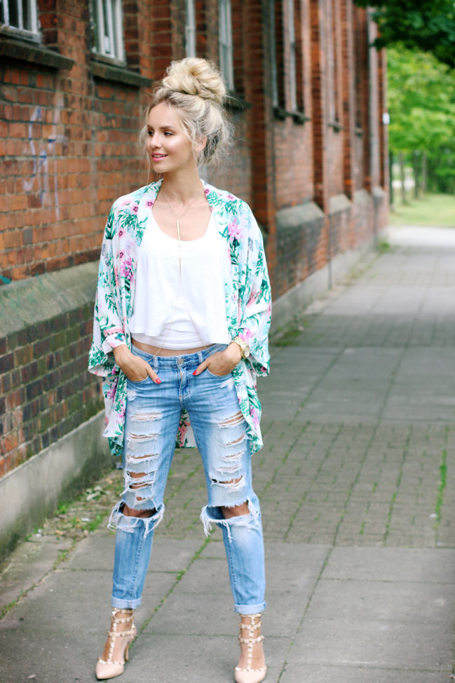 OUTFIT: Tropical Kimono, Ripped Jeans & Top Knot | Feel ...